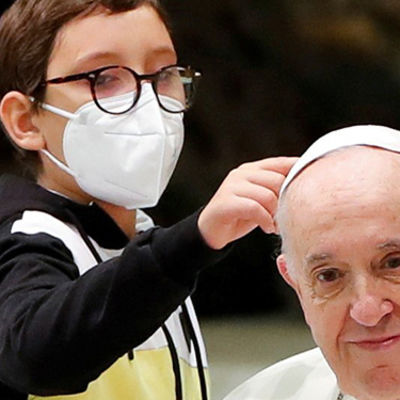 Persistent little boy steals the show at Pope Francis' weekly audience